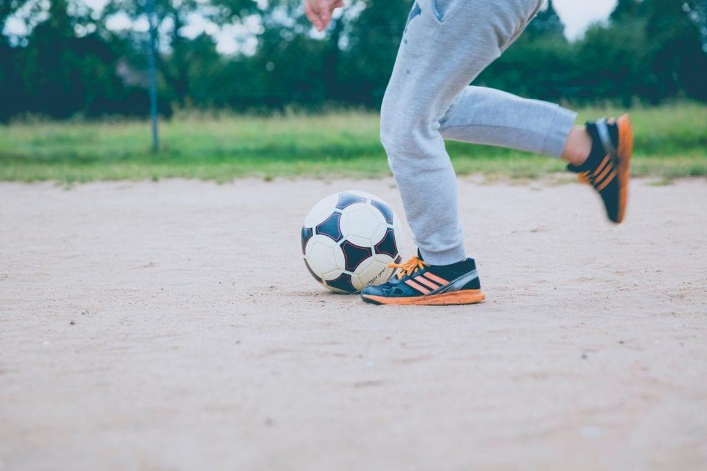 Lautes Fußballspielen